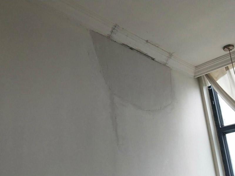 墙面局部修补:如果龟裂纹小而且细大可不必铲除,只需把墙面裂缝处用刀子划开扩大,墙面用粗砂纸通打磨一遍,开裂处用白胶粘贴嵌缝带,面层通通用腻子找平,然后打磨,之后刷乳胶漆就没有问题了。如果有很少局部脱落可铲除脱落部分然后用墙锢刷好,之后用抗裂腻子刮平,打砂纸找平后直接刷乳胶漆。