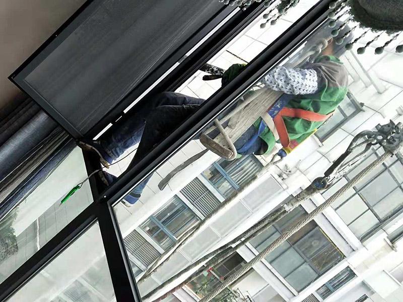 外墙窗户打胶:在给断桥铝门窗打胶的时候,如果需要在室外才能打胶的话,必须在室外打胶,因为如果勉强在室内进行打胶的话,显然打出来的胶会不均匀,这样就起不到防水的作用了。其次,在给断桥铝门窗打胶的时候,需要将断桥铝门窗边上的胶带给处理掉,不要粘在上面就进行打胶防水了,这个也是比较重要的,否则时间久了之后,胶带脱胶,防水效果就没有了。之后,在给断桥铝门窗打胶的时候,尽可能的使用满胶,然后用上另外一罐胶继续打,这样打不出来不美观之外,还会出现气泡,防水效果极差。接着,在给断桥铝门窗打胶之前,适当的修复一下需要打胶的位置,尤其是有一些水泥等藏起来的物体,因为那是会影响打胶后的效果的,需要处理好再打胶,效果会好很多。最后,需要处理掉周围多余的胶,如果出现明显的气孔的话,我们只能适当补胶,需要用小的头子来补胶。