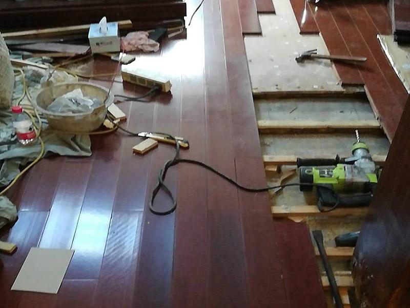 地板拆除改造:把整个房间腾出来,这样也更好的寻找木地板的缝隙源头,没有东西挡着,空旷也利用木地板的拆除。拆除的工作要先从踢脚线开始,就算是发现木地板中间有缝隙,或者有损坏的地方,感觉可以下手拆除,实际操作时,还是从踢脚线要好拆些。 卡子固定的踢脚线,直接用工具把卡子撬松,卡子脱落后,就可以沿着踢脚线开始拆了。 如果是打了胶的踢脚线,先用刀片把胶水刮掉,但是这样容易伤到地板,一不小心还会伤到自己。不建议自己动手拆除打胶的踢脚线。