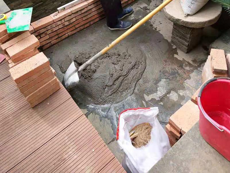 """阳台花坛装修:首先、处理好要露台基面。把基面处理成坚固、平整、干净,无灰尘、油腻、蜡等以及其它碎屑物质;基面有孔隙、裂缝、不平等缺陷的,须预先用水泥砂浆修补抹平,确保基面充分湿润,但无明水; 第二、选择适合家装的防水材料。防水材料建议选择柔嫩型的聚合物水泥基防水涂/浆料,即市场上名称为:柔韧型、JS防水涂/浆料,这类产品是水性涂料、无毒无害无污染、施工简单快捷、和水泥基材粘接紧密、使用寿命长、防水效果强、价格适中等显著特点。选用质量佳口碑好的品牌,如:雷邦仕防水浆料、德高防水涂料等。 第三 、注意防水要施工到位。做好坡度3°的排水坡;柔韧型的防水涂料前后两次呈""""十""""字涂刷两遍,总厚度不超过2㎜; 第四 、做好保护层。在做好的防水层上做水泥砂浆保护层或粘贴瓷砖。"""