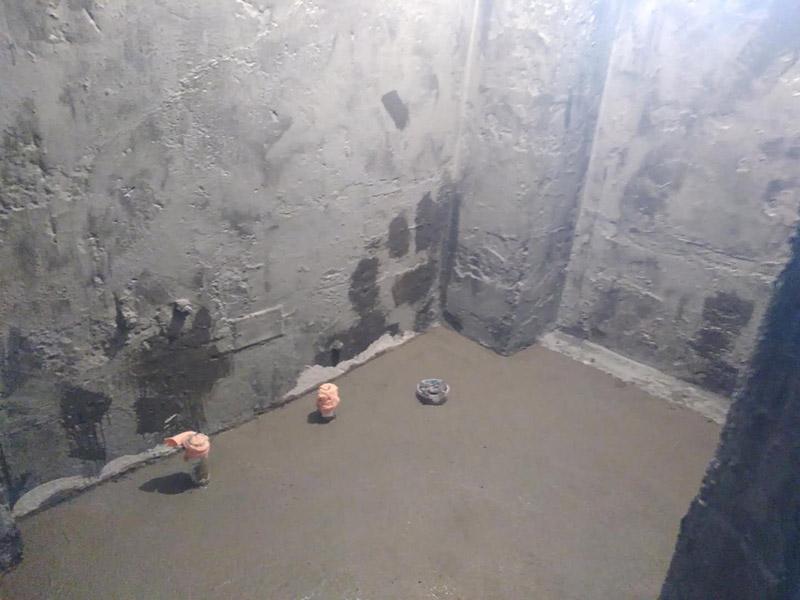 厕所地面回填找平:基底清理→检验土质→白灰、素土过筛→拌制灰土→分层回填→分层夯实→检验密实度→修整找平验收。 水泥砂浆找平优势:适合各种地面、各种地板铺设前的地面找平。缺点:找平厚度太厚在25~35mm,如果水泥砂浆配比不对会使面层粉化起砂,起灰及裂纹。 石膏找平优势:可用于局部找平,不增高地面,找平厚度大概在5~20mm左右,对房间高度几乎没有影响,干燥速度快,价格相对便宜,施工方便。缺点:只可用于小范围内的找平使用。 自流平找平优势:不离析(水泥灰浆中的各种成分在整个施工过程中和水合反应后不分离),不起砂,不起尘,不裂纹;收缩率低,通常在千分之0.3~0.4,水合反应后,表面不出现裂纹,普通水泥的收缩率大,容易出现裂纹。