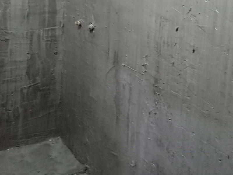 墙面地面防水涂刷:第一步:清理墙面和地面 在涂刷防水涂层之前,先要清理墙面和地面,同时要用连接的气泵皮管吹尽阴角处的浮沉。 第二步:刷防水涂料 刷防水涂料时先刷墙角部位,交接处应有200mm,不得有漏刷情况。 墙角涂刷完成后涂刷墙体:第一遍涂刷墙面时,应上下纵向涂刷,第二遍涂刷墙体,应左右横向涂刷。注意、第二遍防水涂料间需要有一定时间间隔,待遍涂料干透后才能进行第二遍,具体时间视涂料而定。 第三步:闭水试验 在涂刷完防水涂料后,不能立刻贴瓷砖,还必须进行防水测试。 防水测试具体方法是:堵住卫生间排水口、地漏等,然后将卫生间积水2~3cm。24小时后到楼下查看是否有水渗漏,一旦发现有渗水痕迹,必须马上返工。