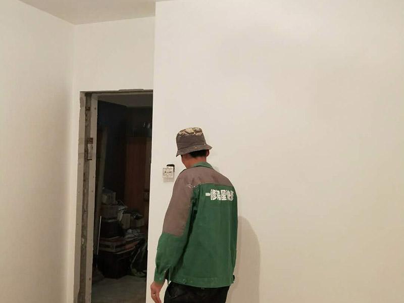 墙面翻新装修:检查墙面破损位置,如粉化,开裂,渗水,起皮现象严重的利用铲刀直接全部铲除至基层,局部破损现象不严重的位置直接用打磨机或者砂纸打磨即可。墙面完全铲除后,需用打磨机打磨墙面起到找平的作用,然后做防水界面剂施工,防水施工的目的是防止天气潮湿或者楼顶漏水,阳台渗水导致墙面乳胶漆掉皮,界面剂的作用是为了增强水泥基层的粘接力。墙面界面剂干透后,就可进行挂网施工,挂网施工的作用主要是为了防止腻子层的开裂,和混凝土里面放钢筋是一个道理。腻子是一种墙体抹灰找平材料,腻子的作用是为了使墙面平整,起找平的作用,增强底漆的附着力,且防水腻子还具有耐水的性能,可以保证乳胶漆施工后不会出现起皮,掉粉等现象,腻子施工后,一定要做精细打磨,保证腻子的细腻性。最后底漆面漆涂刷。