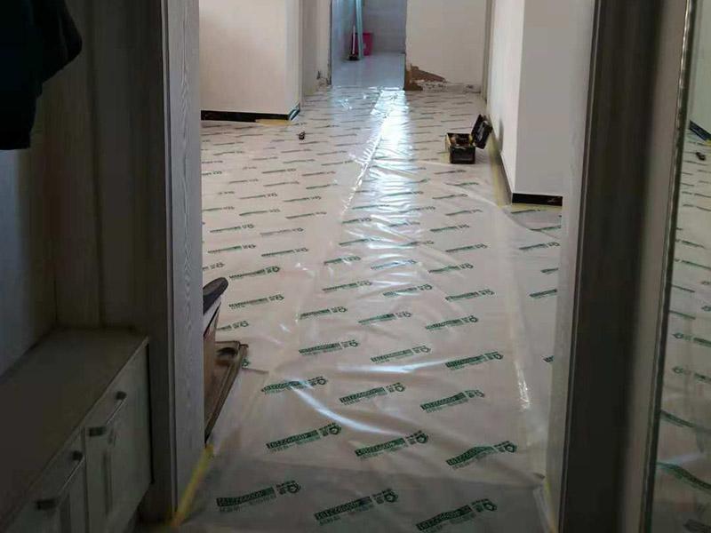 整体卫生间翻新:1.卫生间的墙面一定要做30cm的防水涂料,避免积水浸透墙面。如果卫生间的墙面是轻体墙的话可以把整个墙面都涂上防水涂料。其次两扇式的淋浴屏它的两面墙都要涂上防水涂料。 2.瓷砖不仅可以避免潮湿的侵蚀,而且还可以保护墙面,所以墙面可以铺贴满瓷砖。其次瓷砖的墙面还可以长久保持整洁和美观,同时吊顶的遮挡部分也要用瓷砖铺贴满,这样才能更好的保护好整个墙面。 3.如果是把原来的地面打掉的话,一定要对地面进行找平处理和防水处理,这样才能防止在以后的使用中出现渗漏的现象。其次地面的接缝和排水管处一定要用防水涂料涂刷到位。
