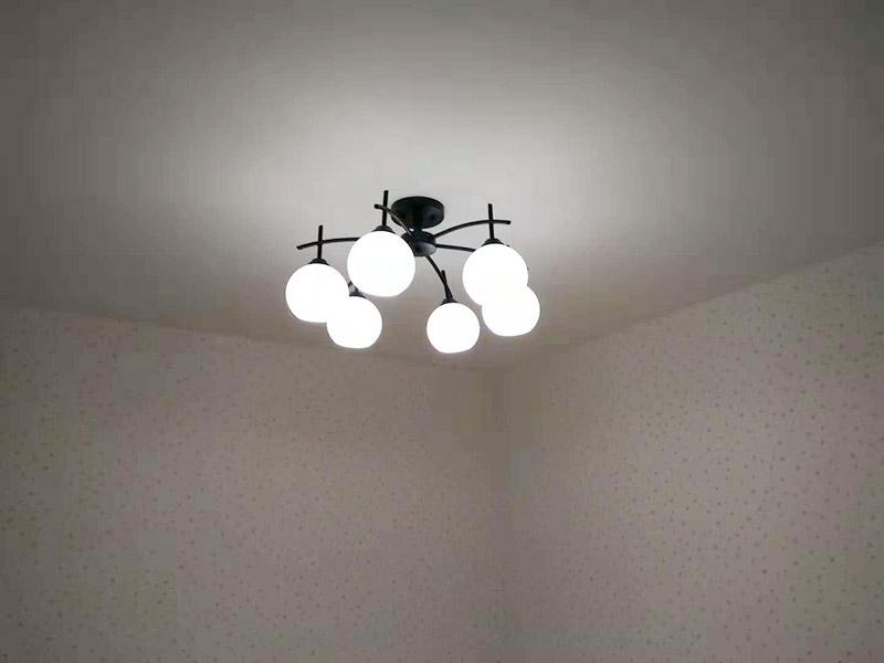 全屋吊灯安装:1、灯具检查 检查灯具安装附件,查看厂家相关文件和技术是否齐全,灯具外观是否损坏,是否有变形、金属脱落、腐蚀等现象。 2. 灯具组装 将灯具各部分连接成一个整体,灯具螺纹的长度应适当,对于多余的螺纹头应镀锡,注意火线与零线的区别,并将线拉直。 3、灯具安装 灯头电源线应足够,然后将剩余的电线切断,取出线头,用螺丝将灯头安装在接线盒上。 4、通电试运行 安装完成后,打开电源,检测是否通电。