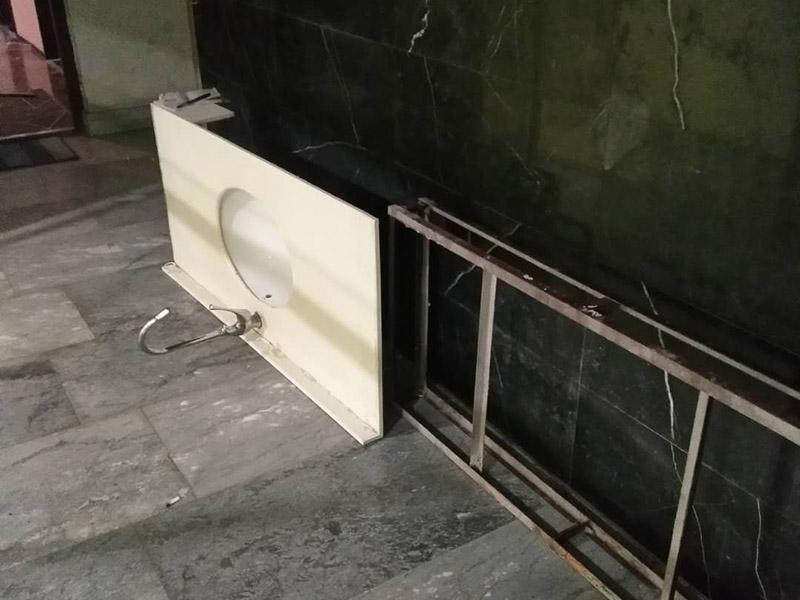 浴室洗面盆拆除安装:1、首先检查墙体是否实芯,不能装在空心墙体上,因为空心墙拉力不够,用不了就会烂掉。 2、按选定的孔位,用冲击钻在墙面上打孔,将挂墙配件中的膨胀管装入孔中,再用自攻螺钉将主柜与墙面锁紧。 3、主柜安装完毕后,再把台盆放入,调节放平。 4、侧柜、置物架安装方法同主柜。 5、化妆镜安装:按化妆镜背孔安装规格在墙面打孔,装入膨胀管,然后把螺钉拧入膨胀管到适合深度,挂上浴镜。 6、连接好进出水,并检查密闭性,清理现场。