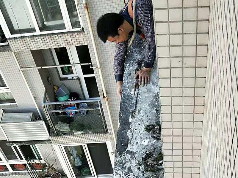 窗户台防水维修:(1)清理窗框周边,查找渗漏缝隙,分析渗漏原因; (2)对于墙体内部存在空穴的部位,根据具体情况考虑化学灌浆或填充其它弹性防水材料; (3)清理缝隙表面,其表面不应有油污,浮尘等隔离物; (4)在窗框周边缝隙内嵌填弹性密封材料; (5)试水检验防水效果。 主要是在窗户的外面做防水处理,一般是墙面上批刮耐水腻子、刷防水涂料。当然,如果事先做一下基础防水的话,那么防水的效果会更好了。