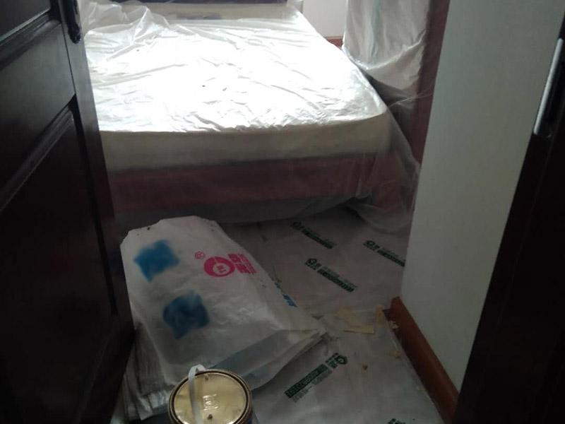 """家具拆除,墙面补石膏:1、压力灌浆法:空气压缩机将粘合剂灌人砖墙裂缝内,将开裂的墙重新粘合在一起。  2、外力修补法:将原有的缝隙打开,用弹性腻子修补,或者是使用的确良布整粘。  3、到市场上购买一些油漆专用的亚麻布,将亚麻布用白胶贴至墙体,然后待干透后涂上水泥漆,这样的话,可以保证墙体不再有裂缝,也可以起到坚固墙体的作用。  4、将墙体表面的保温板去掉,或者是把墙体表面的水泥去掉,在外面安装一层石膏板最后在上面做乳胶漆。但此种方法工程耗量大,也有一定的难度。  5、大面积的裂缝,将开裂的墙面基底做出一个""""U""""形状,对基底进行修补,最后挂上钢丝网就可以了。"""