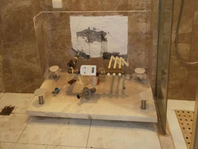 浴室柜拆除维修:(1)确认好浴室柜的安装位置:在铺地砖和墙砖前,就要确认好浴室柜的安装位置,由于安装浴室柜是要在墙上打孔的,还需要进水孔和排水孔的,一旦安装后一般不能移动位置的,所以确认好浴室柜的安装位置是安装前的必备条件。(2)购买浴室柜时要根据安装位置确认浴室柜的形状和大小:浴室柜的位置确定后,只能根据安装位置来定浴室柜的形状和大小。(3)认准水管的管线图和电线的线路图:安装时要在墙上用冲气钻打孔,所以安装前确认管线图和线路图至关重要,如果打破水管或电线线路图就要撬开部分墙砖,造成不必要的损失。