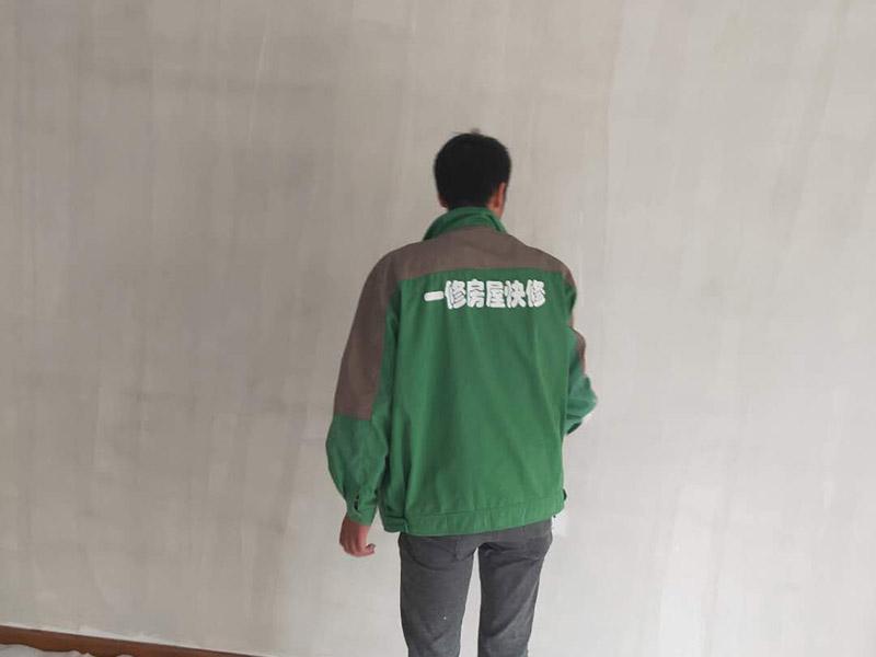 1、旧墙面在翻新前一定要做墙面基底处理,粉化严重的要全部铲除,铲除后抹上一层白水泥;2、墙面底漆的作用是抗碱防潮、封固基材、保护面漆,提高面漆的质感和遮盖力;3、墙面的修补最好是整块墙面,或是尽可能地选择较大面积进行修补,这样可以尽量避免产生色差,修补后的质量也更好。