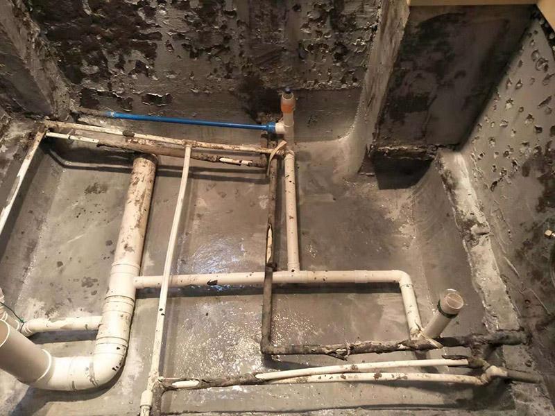 卫生间防水:基层处理,基层墙面有空隙、裂缝、不平等缺陷的,用水泥砂浆修补抹平,然后进行防水层施工,将已搅拌好的防水涂料用毛刷均匀刷涂在已涂好底胶的基层表面上,厚度要均匀一致,防水施工完毕后,进行蓄水试验,经过24小时以上无渗漏视为合格。