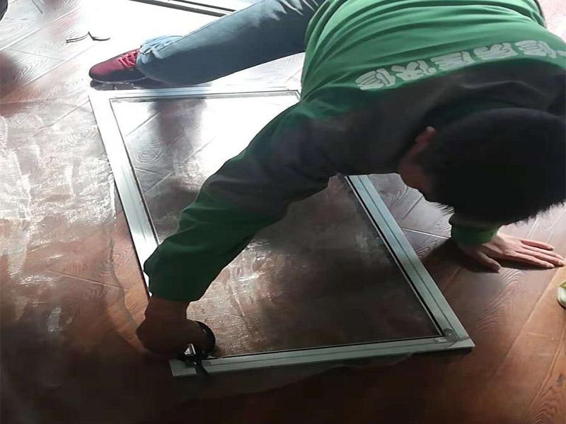 窗户维修安装:在密封阳台之前,应准确测量阳台封闭表面的尺寸。窗框和玻璃应由施工现场外的尺子处理并运送到施工现场。在安装之前,应检查窗口尺寸以匹配阳台开口的大小。 窗户安装方法-固定支架 用固定件固定:在安装窗户之前应清洁阳台开口的基层需要将窗户与墙壁的基材隔开,并在固定点处打预设膨胀螺栓或塑料膨胀销以固定窗户,安装窗户时首先将窗口牢牢固定在孔上固定其位置,然后用螺钉和塑料膨胀销固定。 用膨胀螺栓固定:通常螺栓长度需要10厘米,如果错过了一些孔请用水泥等擦拭,螺栓需要12厘米长才能直接固定在原始墙体的水泥浇注层上,以稳定窗框,你可以用手敲它,如果你发现窗框周围的墙是空心的,你需要深入。