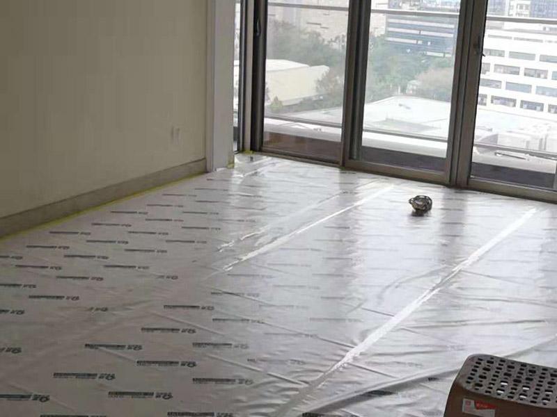 整体装修翻新:首先要准备工具装修前,明确装修过程涉及的面积。测量的内容主要包括:明确装修过程涉及的面积。特别是贴砖面积、墙面漆面积、壁纸面积、地板面积;明确主要墙面尺寸。特别是以后需要设计摆放家具的墙面尺寸。然后主体拆改是最先上的一个项目,主要包括拆墙、砌墙、铲墙皮、拆暖气、换塑钢窗等等。拆改完的垃圾,要及时清理出去,保证室内的清洁,也是为了方便施工。水电改造前,橱柜设计师应上门进行第一次测量,帮你确定好电源、水路的改造方案。热水器,也最好派人来根据你所确定的型号,设计好电源、接口的位置。