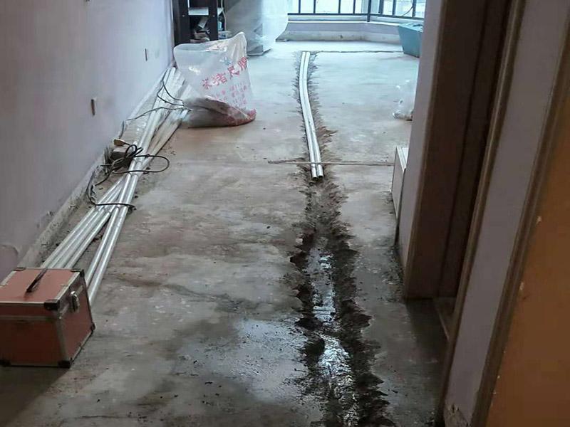 """水电改造维修:水电改造的第一步是水电定位,也就是根据用户的需要确定出全屋开关插座的位置和水路接口的位置,水电工要根据开关、插座、水龙头的位置确定线路走向,并按照图纸的设计向装修业主进行说明。水电改造时要注意""""水走天、电走地""""原则,即水管走天棚,强、弱电尽量走地面,且强、弱电之间不能互相交叉,之间的平行距离要大于30厘米。 插座、开关、灯具的线路设计要考虑室内空间的可变性,尽可能为不同空间的使用情况做准备,减少部分使用者在使用过程中的再规划设计的障碍,例如书桌、装饰柜、电器设备的移动对用电、用水的影响,同时要注意新埋线和换线的价格是不一样的。 在灯具重量较大的情况下,要注意在天花预埋承重构件,不可直接安装在木楔上,以免造成室内不安全因素。"""