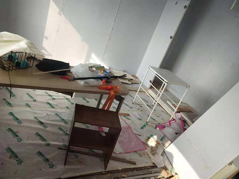 整体家具拆除维修:衣柜:首先,将部分比较简单直观的部件进行组装,比如层板、柜门等。然后进行柜类的安装,应遵循从上到下,由里及外的顺序,将整体的框架安装固定好,再进行局部的组装。最后在进部件组装的过程中,记得用螺丝将衔接处进行固定。 床: 1、一般,床类家具是安装内架、床杠、床屏以及床尾的顺序依次组装的。 2、了解了床的安装顺序,就可以进行组装了。首先将升降脚钉进行安装,接着是床母。 3、其次,在床的排骨架上也需要安装升降脚。