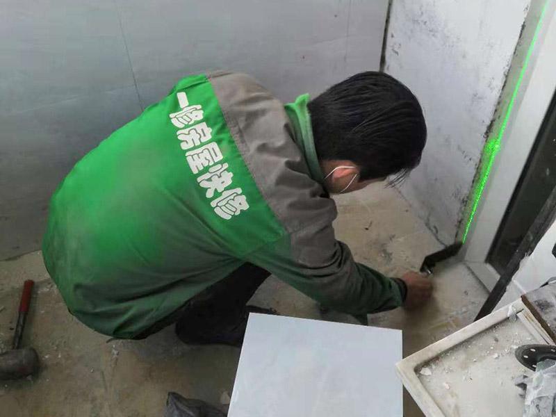 瓷砖铺贴:1、基层处理 将尘土、杂物彻底清扫干净,不得有空鼓、开裂及起砂等缺陷。 2、弹线 施工前在墙体四周弹出标高控制线,在地面弹出十字线,以控制地砖分隔尺寸。 3、预铺 首先应在图纸设计要求的基础上,对地砖的色彩、纹理、表面平整等进行严格的挑选,然后按照图纸要求预铺。对于预铺中可能出现的尺寸、色彩、纹理误差等进行调整、交换,直至达到最佳效果,按铺贴顺利堆放整齐备用。 4、铺贴 铺设选用1:3干硬性水泥砂浆,砂浆厚度25mm左右。铺贴前将地砖背面湿润,需正面干燥为宜。把地砖按照要求放在水泥砂浆上,用橡皮锤轻敲地砖饰面直至密实平整达到要求。 5、勾缝 地砖铺完后24h进行清理勾缝,勾缝前应先将地砖缝隙内杂质擦净,用专用填缝剂勾缝。 6、清理 在家装贴瓷砖施工过程中随干随清,完工后(一般宜在24h之后)再用棉纱等物对地砖表面进行理。
