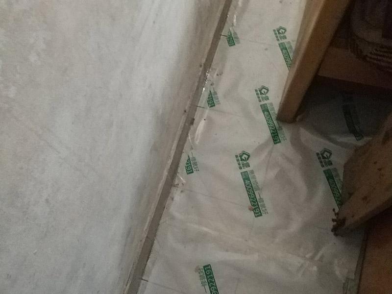 地面保护维修:房屋装修、建筑装修的整个过程都是非常漫长的,并非一两天就能完工的,其中涉及的环节也很多。在装修施工的过程中,装修工人们会不断进进出出,而且还会携带一些水泥浆等泥土,甚至是油漆或者被坚利物刮花,如果不采取地面保护措施,这样对地面会造成很大的影响。 地板保护膜能够在近年来的迅速兴起,它的保护作用是不可忽视的。它是采用环保pvc和工业用针织棉制作而成,有双重作用。pvc具备防滑、防水、防油漆甚至防火阻燃的功能,结合针织棉能够防潮吸沙尘、对从高处掉下的东西起到一个缓冲减震的作用。 使用了装饰地板保护膜,可以有效防止地面瓷砖,大理石,木地板被损伤刮花。