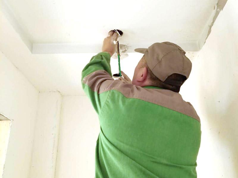 """灯具线路改造:1、水电改造的第一步是水电定位,也就是根据用户的需要定出全屋开关插座的位置和水路接口的位置,水电工要根据开关、插座、水龙头的位置按图把线路走向给用户讲清楚。而且要注意""""水走天、电走地""""原则,即水管走天棚,强、弱电尽量走地面,且强、弱电之间不能互相交叉及平行距离大于30厘米。 2、插座、开关、灯具的电气线路设计要考虑室内空间的可变性,为可能的不同空间使用状况做准备,减少部分使用者在使用过程中的再规划设计的障碍。 3、水电定位之后,接下来就是打槽了。好的打槽师傅打出的槽基本是一条直线,而且槽边基本没有什么毛齿。注意打槽之前,务必让水电工将所有的水电走向在墙上划出来标明,记得对照水电图,看是否一致。 4、水路改造时,注意周围一定要整洁。水路改造订合同时,最好注明水路改造用的材料。另外水路改造中要注意原房间下水管的大小,外接下水管的管子最好和原下水管匹配。冷热水管应左热右冷,间距一般不小于20cm,具体视龙头冷热管间距而定。"""