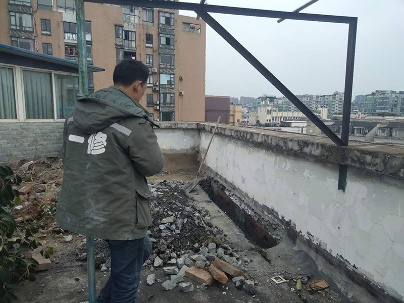 屋顶挖排水沟:屋顶排水沟漏水都有哪些解决办法:1、补缝,顶楼漏水大部分是缝隙裂开,需要用补漏膏把缝隙填平,等干后进行下一步。(如果缝小于1MM不需要补漏膏)2、用水性防水涂料或墙渗宝透明防水材料涂刷两遍,全面的,如果光涂缝隙也要宽带达到20厘米以上。这样确保粘结力。防水涂料都是渗入粘结的,弹性好,所以使用年限长。注意:12小时以内不能淋雨。如果屋顶材料特殊,像橡胶等不适合防水涂料的,可选择其他防水材料。如防水剂,如果是瓷砖表面,不会继续断裂出缝的,都可以使用防水剂做面的防水,缝隙处使用补漏膏来进行组合防水。3、如果以前没有做过,是新的水泥楼顶,那最合适的做法就是先打一遍底油,再选择一种比较合格的SBS防水卷材铺一遍。