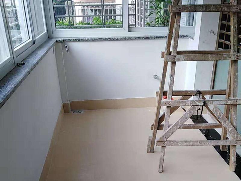 阳台翻新装修:1、清除基面:对基面进行清理,做到无杂物,无污油;并潮湿基面,无明水即可; 2、做好重点区域:优先处理管道口、边角、阴阳角、门槛等重点部位处理; 3、确保地面有坡度。低的一边为排水口;另外要确保阳台和客厅至少有2~3cm的高度差。要使客厅和阳台有这样的高度差存在一定的难度,您可以用一块大理石板来做装饰,在石板的两头和下面用水泥做好堵缝防漏,既实用又美观。