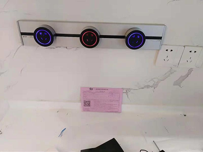 插座安装:插座安装前,是一定要将它们的数量和位置规划好的,不然在安装的时候就一头雾水,很难安装准确,不仅杂乱,还易触电。也许你会说少安装一些就好了,可以家中的电器都是一直在增加的,很容易出现不够用的情况。 插座安装前一定要将屋子里的电源都关掉,直接将电源闸门关上就好,在不通电的状态下安装插座才不会有危险。将导线皮剥开一般分为蓝色零线、黄色地线和红色火线三种,如果导线种只有一根黄色地线的话,另两根为别的颜色无法分辨的话,这时候就要将电源打开用电笔测试了,会让电笔发亮的是火线。 然后将这些导线连接到插座上相应的接点固定好,即L-火,N-零,剩下那个就是连接地线。最后把插座用螺丝固定在暗装胶合上,以及插座配件按上就完成了。