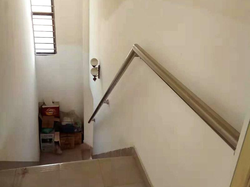 楼梯安装维修:1、对于楼梯的作用是不能小觑的,在进行楼梯安装的时候一定要确保楼梯的尺寸,如果尺寸不合适,安装好之后在更改是非常麻烦的事情。 2、如果对楼梯知识简单的更新,可以去掉楼梯的壁橱,这样可以节省很大的空间,可以用玻璃的结构代替坚实的钢管,换掉坚实的扶手,这样可以让室内的采光更加自然明亮。 3、结构设计对楼梯安装来说也是很重要的,如果小户型安装楼梯,最好选在靠墙的位置,这样设计不仅仅漂亮,而且还可以让每个空间都得到很好的利用。