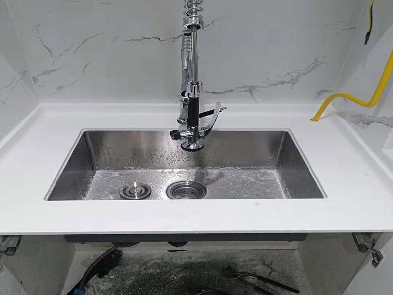 水槽挂画安装维修:固定位置——安装龙头和进水管——水槽放到台面上——溢水孔、过滤网密封——安装配套挂件——排水试验——封边——清理 水槽在安装前一定要先确定好安装的位置和尺寸,这样方便我们按照尺寸订购,最好是有水槽平面图,免得数据不精确,导致返工。  另外,水槽安装牢固以后,不要左右摇晃,很容易留下缝隙,造成松动。而且,最应该留意的也是连接处缝隙的密封性。  2、安装龙头和进水管  在安装水槽前,应该先安好水龙头和进水管,另一端的进水管,则需要连接到进水开关。 3、水槽放进台面  水槽放入台面后,需要在墙体和台面间安装配套的挂件,但安装过程中尽量多注意水槽的密封效果,最好能做好闭水试验  4、溢水孔、过滤网 溢水口和过滤网的密封程度,决定日后水槽的使用效果,溢水孔、过滤网的密封度越高,后期越不容易出问题。 5、安装配套挂件  安装配套挂件一般被认为是水槽安装的最后一步,一般只有等水槽买到家后,工人才会根据水槽大小,进行橱柜台面切割,放入台面,就需要安装配套挂件。安装时,应把每个空隙都做好填充,以免以后出现漏水问题。 6、排水验收  水槽整体安装完毕后,需要将水槽放满水,做排水试验,如果出现渗漏,应立刻找到问题返工修复。 7、封边 排水试验确保没问题后,就可以对水槽进行封边处理。在用硅胶封边时,一定要保证水槽和台面连接缝隙均匀,不能出现渗水情况。 8、清理 安装完成后必须对水槽进行清理,把安装时的杂物清理干净。千万别用水直接冲入下水,很容易引发堵塞。