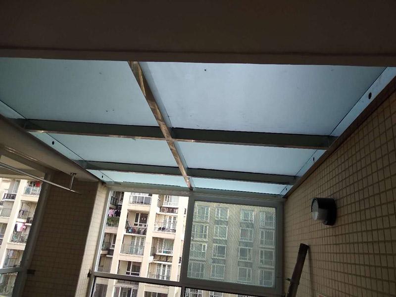 门窗内外补砖:方法1.将损坏的瓷砖分割成大小不等的部分,使用较硬的铲子,轻轻的将瓷砖各部分进行分别铲除。再使用云石机,把瓷砖四周的清理干净,依次修整,但是不要将瓷砖的边缘弄坏。施工时,需要像考古工作人员一样,认真、小心翼翼,避免弄坏瓷砖。清理到一定程度后,将水泥砂浆铺上,选择一块同一色系的瓷砖,放到地面,选择锤子轻轻敲实,让瓷砖和原有地面保持同一水平。  方法2.如果瓷砖破损的地方,是在室内空间中间,为了避免以后使用的美观度,最好重新铺贴。如果是家具摆放区域或者室内边角,可以使用陶瓷胶水,打磨填补下。  方法3.如果瓷砖的破损面积小,可以使用填缝剂将破损的区域修补平整,如果怕影响美观度,可以使用装饰物来遮挡。  方法4.破损的瓷砖,需要将瓷砖的边缘彻底清除干净,再嵌入白水泥,使用小锤子将破损的瓷砖轻轻敲掉。如果瓷砖比较贴地面,可以使用刀子来划分区域,从中间开始施工,让依次将瓷砖慢慢修整干净。