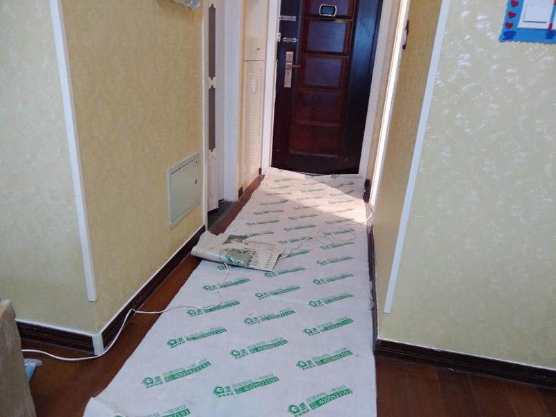 卫生间地砖拆除:(一) 基层处理、定标高 1、 将基层表面的浮土或砂浆铲掉,清扫干净,有油污时,应用10%火碱水刷净,并用清水冲洗干净。 2、 根据 0.5m水平控制线和设计图纸找出板面标高。 (二) 弹控制线 1、 先根据排砖图确定铺砌的缝隙宽度。 2、 根据排砖图及缝宽在地面上弹纵、横控制线。注意该十字线与墙面抹灰时控制房间方正的十字线是否对应平行,同时注意开间方向的控制线是否与走廊的纵向控制线平行,不平行时应调整至平行。以避免在门口位置的分色砖出现大小头。 (三) 铺砖 为了找好位置和标离,应从门口开始,纵向先铺2~3行砖,以此为标筋拉纵横水平标高线,铺时应从里面向外退着作,人不得踏在刚铺好的砖面上,每块砖应跟线, (四) 勾缝、擦缝 1、 勾缝:用l:l水泥细砂浆勾缝,缝内深度宜为砖厚的1/3,要求缝内砂浆密实、平整、光滑。