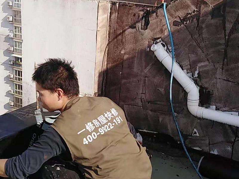 屋顶铺设防水卷材:清理基层——涂刷基层处理剂——铺贴卷材附加层(细部处理)——热熔铺贴大面防水卷材——热熔封边——蓄水试验——保护层施工——质量验收。 1) 在铺设前基材处理剂需均匀涂刷需要铺设的所有屋面; 2) 将准备好的改性沥青防水卷材铺设在屋顶的表面,具体的尺寸根据实际的应用要求; 3) 防水膜安装应采用气缸式丙烷烤灯,剪裁应使用专业的切割工具。 4) 一切准备完成后将卷材放置在正确的位置,然后将其重新卷好,注意不要改变铺设方向。 5) 点燃烤灯后对防水卷材与屋面的交接处进行高温处理,边加热边滚动卷材,使用滚轮对卷材进行碾压,确保防水卷材与屋面完全粘合。 6) 重复操作直到卷材的整个长度牢固地粘合到表面上,铺设完成后使用烤灯及剪裁工具对防水卷材进行热熔封边,确保没有开缝的地方。 7) 最后将使用烤灯卷材末端固定在侧墙上,要确保防水卷材不会受到任何损坏,同时也可以借助其他零件对卷材末端进行加固。 8) 暴露在地面以外的卷材区域应用适当的防水板进行保护。 9) 施工完成后须经过24小时才能进行检测。