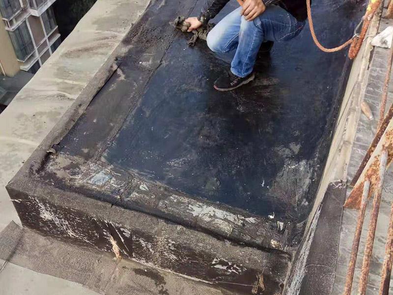 阳台空鼓裂缝:如若墙体裂缝比较大,用刀将裂缝剐开成U形状,用石膏粉对其进行填充(注意要比墙面稍低),再贴上玻璃布并用砂纸打磨光滑平整,最后对整体墙面刷上油漆。将水泥墙面去除,安装一层石膏板,再做上乳胶漆。该方法能够去除各种不规则裂缝,但是施工难度大,操作时间长!铲掉开裂的漆膜部分并用弹性镊子填平,刷上弹性墙面漆,注意遇到吸水性过强的基层要刷底漆。