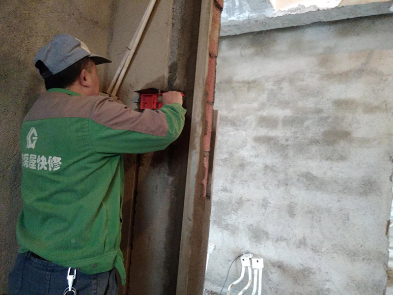 PPR水管插座安装:1、安装厨、卫管道时,在计算管道出墙的尺寸时应考虑到墙砖贴好后尺寸,即预先考虑墙砖的厚度。2、墙体内、地面下都尽可能少用或不用连接配件,以减少渗漏隐患点。连接配件的安装要保证牢固、无渗漏。3、进水应设有室内总阀,安装前必须检查水管及连接配件是否有破损、砂眼、裂纹等现象,安装后要通水进行调试。4、设计铺设管道时应考虑洗衣机的用水龙头安装位置,下水口的布置等;同时注意电源插座的位置是否合适。5、管道铺设完毕后要做管道压力实验,实验压力一般不小于0.6MPa,实验时间保持在20-30分钟。