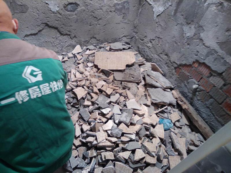 卫生间瓷砖拆除装袋:卫浴用具拆除后可以对墙面瓷砖进行拆卸。拆卸一般是从墙体的下方往上方敲,从瓷砖的边缘往里面敲,还需要根据拆卸的位置选择适当的敲砖力度。  敲砖是从墙体下方开始敲,从每块瓷砖的边缘开始敲。如果先敲上面的瓷砖,地面堆积瓷砖较多,挡住墙体下面的瓷砖,不利于拆卸。另外,敲砖过程中,要不是对地面的瓷砖进行清理,以免瓷砖过多堆积,减慢施工进度以及造成施工意外。  由于二手房的卫浴在之前是做了一次防水的,因此在敲砖时必须注意防水层的处理,旧的防水层一般都不打掉,在敲砖后,在原有的防水层上面,再薄薄做一层防水,以提高卫浴的防水能力。但如果屋主需要把防水敲掉重新再做。则敲砖需要打到批土层或打到见底。  敲插座和龙头附近的瓷砖时,要慢慢敲,小心摸清电线和水管的走向,以防损坏电线和水管。如果电线或水管已经损坏了,要及时进行修补处理,以免留下更多后续工程。