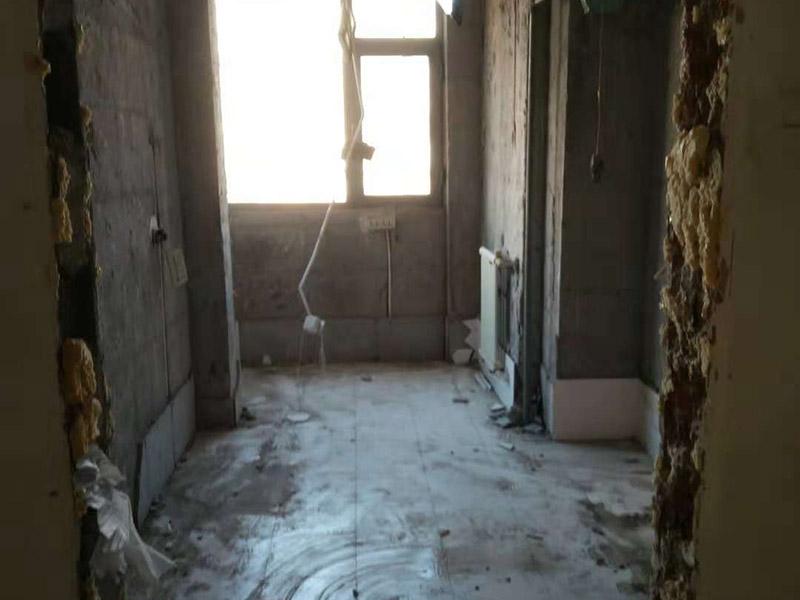 房子装修拆除现场:因为进行装修拆除的工程时会产生巨大的噪音,所以施工时间不宜在节假日进行,早上8点和晚上10点之后也不适合。如果是有电梯的房子装修拆除的话,要做好电梯间的保护工作,避免影响一整栋楼的环境。弄一些夹板或者真珠板材来保护电梯间,从电梯间到房门的走廊倪也铺设一些瓦楞纸或者真珠板,避免使用推车的时候损坏地面。如果对于屋子里的地板不需要进行装修拆除的话,就需要考虑到保护的问题了。要在地板上铺一层夹板加上一层真珠板,以免重物敲击或者是颜色渗透。如果原本房内的家具不好搬出去则需要考虑用一层气泡纸包裹起来,然后加一层棉被才能比较稳妥的保护好,倪是都不好要留在现场,至于灯具、空调和热水器等倪还是拆掉,完工之后再装回来。在开始施工时,要记得先把水源的总开关都关闭,并且要暂时关闭警报器和保全系统。对于隐蔽工程要尽量的标出管线可能经过的位置,特别是天花板上的洒水头和警报器等,一定要特别小心。