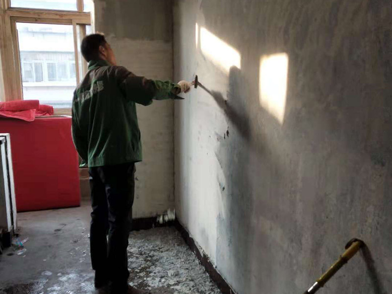 室内铲墙皮:1、如在开始进行装修家居的业主,我想也会遇到施工方建议铲清掉白墙皮的情况,其实都是担心在批完腻子后会增加吸附力。但是这也要看原有白墙的材料质量如何,并不是说开发商做墙用的材料都不好,有的甚至比家装用的材料都要好,这样的情况就没必要再花钱铲掉了。 2、在辨别家居墙面的好坏程度的时,大多人都不太了解,所以在进行检验墙面的材料首先用手抚摸一下表面,查看手上是否有沾满很多浮灰。还可以用钥匙或者硬物刮一下墙面,看看墙面是否大面脱落,最后泼一点水到墙上,看看会不会起泡,如果出现这些问题一般都是要铲掉的,还有墙面有大面空鼓也是要铲掉的。 3、还有种方法可以帮你确定需不需要铲墙皮,就是在收房后请一些专业人员来鉴别,这样的话就可以更好的做出决定。但是现如今将近有90%的新房装修,都是需要进行铲除原墙皮的,因为大多数新房的腻子粉不是用于居住的。而是便于房主验收房子,但更重要的是为了后期装修质量的保证。