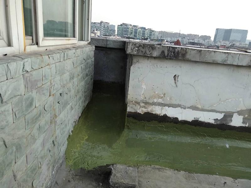 楼顶阳台刷防水:开放式的阳台在暴雨来临时容易进水,为了防止雨水进入室内,因此我们在阳台装修时,需要有一定坡度,保证水能顺利流向排水孔,不会进入房间。在暴雨天气下,如果雨量大于地漏的排水能力时,就会在阳台地面出现大量积水,容易导致积水进入室内,因此我们在选购阳台地漏的时,最好选择排水量大且顺畅的地漏。通常阳台的防水层都在外层,需要受到阳光暴晒、雨水侵蚀、严寒酷暑等自然天气的考验,如果没有出色的性能和良好的保护措施,他的使用年限会大大缩短。因此,我们在选购防水材料时,需要选择强度高、耐老化的防水涂料。