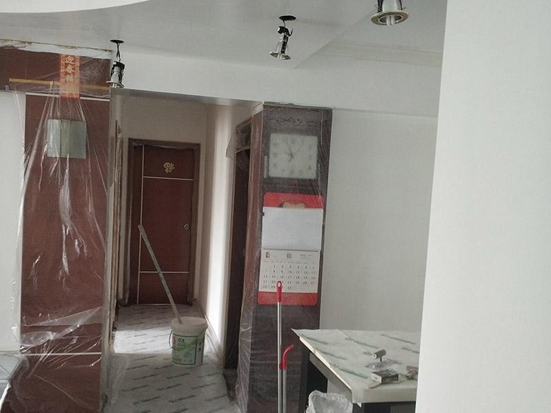 墙面翻新,地面保护:为了避免施工中磕碰到业主的家俱等物件,特地将这些物件搬到房屋中间。很快房间内可以搬动的物件,就都搬到了房屋的中间位置。为了避免涂料意外滴上,包上了保护膜。在铲除旧墙面时还会留心用小托盘接住,以免弄脏业主家的地面。将踢脚线等与墙面接触的位置及地面做好遮蔽,以免将涂料碰到木器上。 墙面应先除掉浮灰,铲除起砂翘皮的位置;对油污的位置,应先将原有涂层铲掉,不能铲掉的要彻底清洗干净。选用颗粒细度较大和质地较硬的腻子刮凃,底漆必须要刷匀,保证墙面每个地方都刷到,如果墙面吃漆量较多,底漆最好适当的加一点水,以保证可以涂刷均匀。这里上漆的量就是通常上的上漆工作了,不能加过量的水,会对漆膜厚度、手感和漆膜的硬度等产生影响。