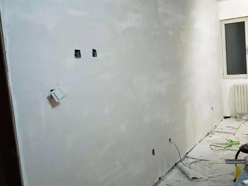 墙面刷面漆:在正式开工之前,还需要进行墙面的全面检查,看看基层是否牢固平整。如果是旧墙出现漆膜脱落、开裂,需要先进行铲墙皮或者使用石膏来进行裂缝的修补处理。做到墙面无灰尘、杂物,平整,再使用界面剂进行墙面的涂刷,施工应细致均匀。接着就需要进行刮腻子,将墙面进行找平,这道工序一般涂刷两遍腻子,不过需要看实际情况来定。在进行第一遍腻子涂刮后,需要自然晾干,再来打磨,最后才是进行第二道腻子涂刮。在施工中,需要注意刮刀力度应一致,才能让腻子厚度均匀。先是进行底漆的涂刷,这样做的目的是为了增加面漆的粘结度。完全干燥后,则可以进行面漆的涂刷施工了。在涂刷前,需要将面漆调配好,让颜色一致,这样涂刷的时候,墙面色泽才能一致。但需要注意的是滚筒施工时,速度应保持一致,这样漆面才能细腻平滑。