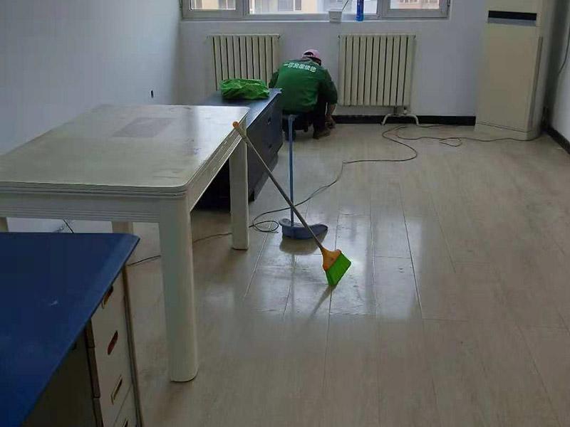 现场卫生打扫:局部装修就是那个位置维修了就打扫那个位置,整体装修就将大至的装修垃圾装袋清扫,但细致的卫生打扫请找专业的保洁。