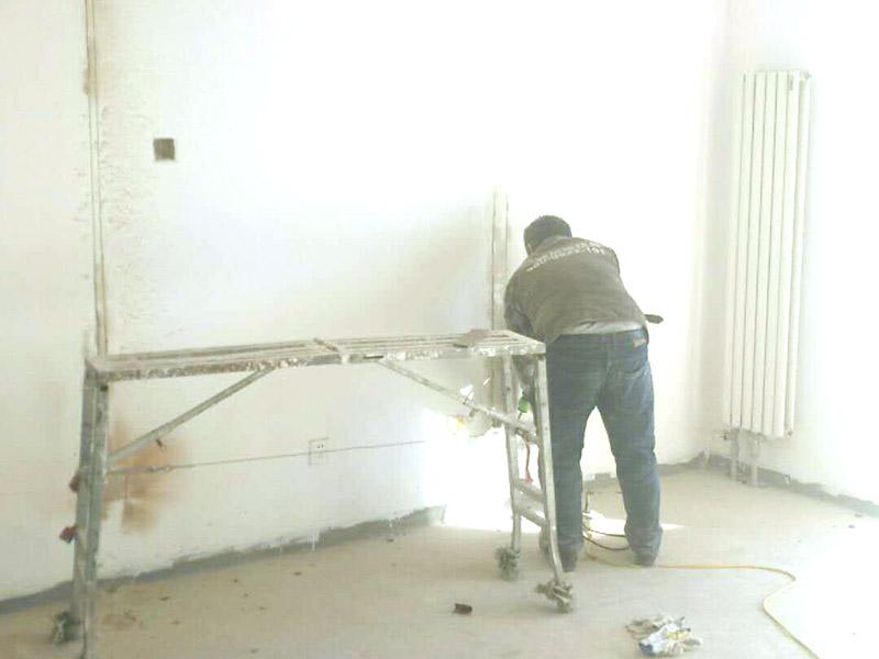 线路开槽维修:划线路。根据要改的方案画好线路,线路采用横平竖直的方法规划。无齿锯开槽。根据线路用无齿锯开槽,在墙面上切出线路。再需要开槽的墙面上加点水,且在切得过程中一直加水,防止刀片过热。用电锤将切好的墙面冲出沟槽,注意力度与角度,尽量冲的规整。将冲出的沟槽进行清理,将易掉的地方都打下来。