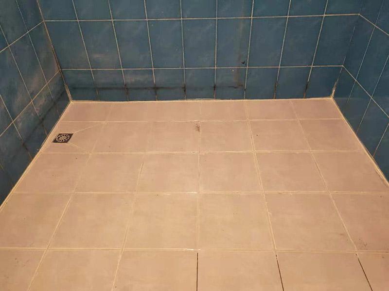卫浴地砖美缝:首先要清理瓷砖的缝隙,在瓷砖边缘贴美纹纸,自己做美缝要贴的美纹纸。纸的边缘尽量和瓷砖的边缘贴在一起,贴好纸后就开始填缝,胶管、胶枪准备好。在填缝时要注意力度,一条下来整个力度要前后一致。填完一条好,要在美缝剂还没凝固之前用刮板把青帮刮平。同时把一些填充不均匀的位置给填充平整,美缝剂被刮平后还没有完全凝固前,立刻撕掉美纹纸。如果有些地方的美纹纸没有撕下来的话,可以用壁纸刀慢慢刮下来,或者用其他清洁工具清理。当地面按以上方法清理完横条时,再按以上的方法处理竖条。