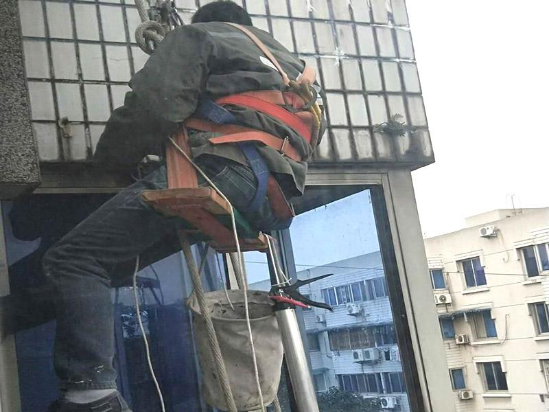 外墙高空维修:1、目前外墙粉刷主要有两种方式:吊板方式和吊篮方式。 2、吊板方式是用吊绳、吊板将人吊到工作位置进行清洗。一般的大楼都可以用这种方式进行清洗,但是这种方式的操作必须使安全措施到位,否则危险性很大,造成伤亡事故的都是因安全措施不到位造成的。 3、对于无承载能力、疏松、起皮的旧涂层,应连同腻子彻底铲除,洗净且干燥后再用腻子找平。对于轻度粉化但牢固的旧涂层打磨平整后用封底漆底涂即可。严重粉化的旧涂层应事先彻底清洗,旧的油性涂料应完全去除。