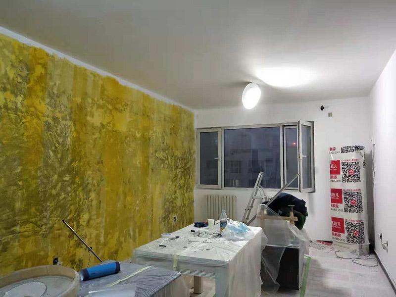 客厅墙面改造:在施工之前,首先要对墙面进行清理,确保基层的平整光滑。将基层表面进行完全清除,做到墙面无灰尘,再进行界面剂的施工,涂刷厚度应均匀,这样做的目的是将基层完全密闭住,同时增加着附力。然后对墙面进行找平处理,可以通过专门检测工具来进行平整度的确定,如果存在不平的地方,应使用石膏来进行补平。然后在进行刮腻子的施工步骤,一般刮完两遍即可,如果不太平整的区域需要多刮几次,每次腻子施工,应进行充分的间隔。当腻子刮好后,接着就需要进行油漆的施工,最先上底漆,目的主要是提高墙面的防水防潮性,还增加面漆的粘结效果。等墙面完全干透后,还需进行打磨的处理,使用细砂纸将墙面一一打磨,这样会让墙面看起来更平滑。在施工中,可以用手触摸,感受下墙面的光滑感。