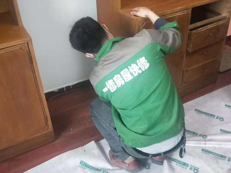 家具刷漆翻新:旧家具刷漆的方法比较简单,但是在刷漆之前要对原来的表面进行打磨,将原有的漆面去掉,可以用砂布进行。翻新旧家具有很多需要注意的问题,首先是颜色的选择,最好选择和旧家具原有的颜色一致或者相近的颜色,不然翻新的效果可能不是很好。油漆的选择也比较重要,因为家具翻新一般都是在室内进行,所以一定要选择环保的油漆,以免对室内的环境造成污染。