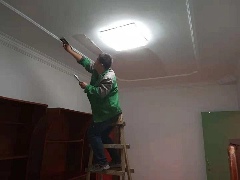 客厅顶面翻新:1、把墙面清洁干净:把墙顶面有开裂和松动处除掉干净,同时用水泥砂浆进行填补,把余留的建筑垃圾确切干净,再把墙面彻底打扫干净。 2、墙面有不平坦的地方进行修缮:使用水石膏把墙面撞击处和不平坦有缝隙的部位进行找平,干透后使用砂纸把凸出部位磨掉,再把灰尘扫净。 3、批刮腻子:批刮腻子的次数可以根据墙顶面的平坦水平来确认,一般来说情况是三遍,第一遍利用专业的刮板横向满墙面的刮,一刮板紧跟着一刮板,连接处无法留槎,每刮一刮板最后收尾要灵活精确。待干透后磨砂纸,把浮腻子和斑迹抛光平滑,最后再墙面打扫干净。 4、第2遍用专业刮板竖向满墙面的刮,能用的原料和方法同刮第1遍腻子是一样的,干透后用砂纸磨平同时再打扫干净。 5、第3遍用专业刮板添补腻子或者满墙批刮腻子,把墙顶面刮平坦和刮平滑,干透后再用细砂纸抛光平坦和抛光平滑,无法经常出现因疏失而漏掉了或者把腻子磨穿的情况。