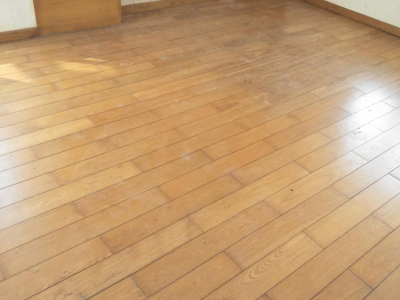 木地板打磨:地板翻新第一步,使用大型地板翻新机械数次打磨除去漆层、表层1-2毫米。注意用40目、80目和120目不同粗细的砂纸逐次打磨三次,目数越大,砂纸颗粒越小,打磨留下的划痕越不明显,确保打磨后的表面细腻光滑。地板打磨完后需再刮腻子找平地板,使用与地板漆配套的专用透明底漆腻子,刮在打磨好的地板上待干。刮腻子之后再对地板进行刷底漆或调色处理。由于实木表层的纹理都是天然的,无法改变花色,只能调节地板颜色的深浅。底漆干了之后再刷面漆,再次干燥之后再用水砂纸仔细研磨,将地板面层磨至略感粗糙,除去粉屑,刷第二层面漆。最后上蜡抛光养护