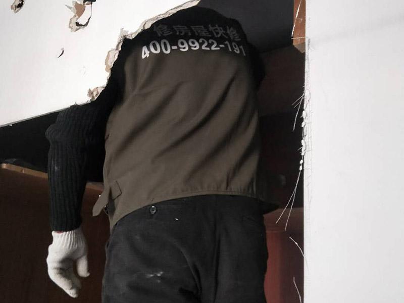 卧室柜体拆除:嵌入式衣柜是指在房屋进行装修的时候即将衣柜嵌入到那面墙里,对于小户型的家居中,安装嵌入式衣柜会非常节省空间,使用也非常方便。一般来说,嵌入式衣柜大多是定制的,从生产到安装都是由厂家完成的,自然拆除衣柜也可以找专业的人士来进行。如果想自己拆除嵌入式衣柜,先把衣柜里的衣物清理干净,留下空的衣柜。然后把柜子的布罩从下面向上移动,通常嵌入式衣柜中间一般都是插拔的,就可以把柜子分成两部分,根据自家嵌入式衣柜的实际情况,把所有的螺丝卸掉,就拆卸完成了。