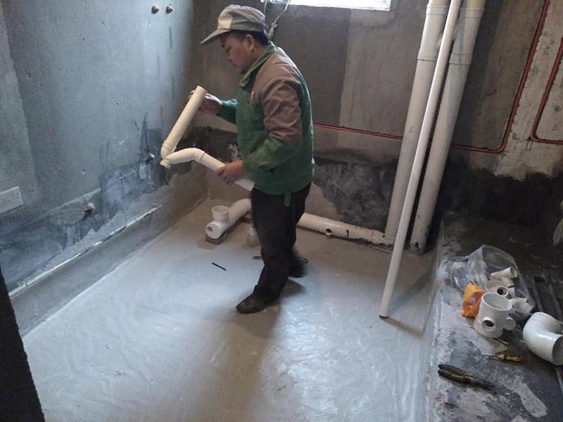 厕所安装PVC管:1、按图纸要求将pvc管材敷设在支、吊架上;2、按设计要求使用管件丝接、法兰连接、热熔焊接或粘接等方法将pvc管材连接起来,或使pvc管与设备连接起来。3;把配件跟管子用砂纸打磨一下。4;打开胶水,先把胶水涂在配件里面,在涂管子前面,然后在直接接上。5;等胶水干了,(普通胶水要5个小时以上,快速胶水也要1个小时)在通水。
