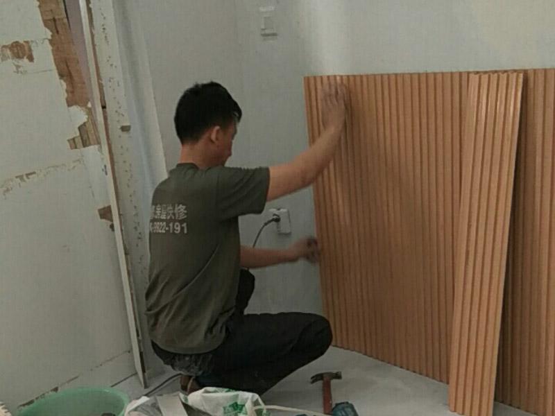 护墙板安装:首先,就是要将挑选的护墙板,按照墙面的高度,宽度,用电锯切割成一个一个的等高的板块,这样便于护墙板的安装。护墙板切割好后,需要将护墙板先固定在墙面上,扣上卡子,用钢枪将其固定在墙上。再将下一个板块与上一个板块缝隙处扣紧,依次装上。在拐角处的地方安装护墙板时,要注意在墙板的背面打上免钉胶,便于固定。在遇到墙面有插座的地方或者是有线带的地方的时候,还需要在将护墙板再次的进行切割,空出插座或是电线电缆的地方,再进行安装。
