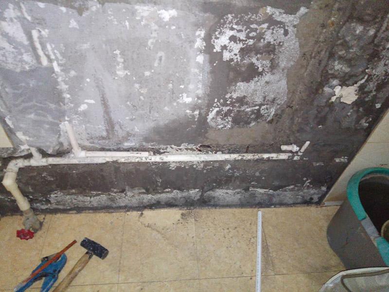 水管维修:如果是二手房或旧房改造,旧水管往往被损坏,不要犹豫心疼果断换新的,水管装好后某些部位是不方便更换的,都换成新的以策安全。安装前要对水管及其各种配件进行检查,看是否有破损、渗漏等问题,水管及配件的连接必须正确牢固,接好后进行测试没问题后再进行安装。